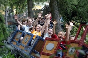 Die Familienachterbahn Alpenexpress Enzian in Aktion.