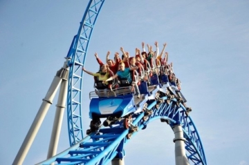 Die Achterbahn Blue Fire Megacoaster im Europa-Park in aktion.