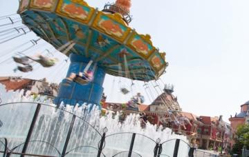 Das Kettenkarussell Wellenflug im Phantasialand mit Besuchern.