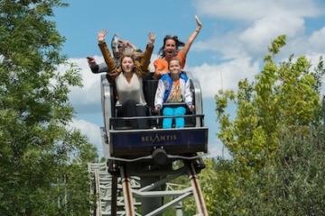 Besucher auf der Kinderachterbahn im Belantis Freizeitpark.