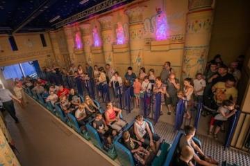 Besucher im Innenraum einer Achterbahn im Belantis Freizeitpark.