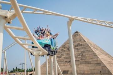 Die Stahlachterbahn Cobra des Amun Ra im Belantis Freizeitpark in Aktion.