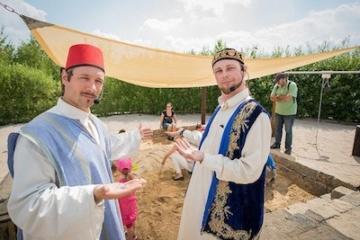 Mitarbeiter des Parks zeigen auf die Themenwelt Osmanien im Belantis Freizeitpark.