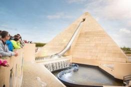 Blick auf die Wildwasserbahn in der Pyramide im Belantis Freizeitpark.
