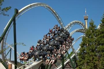 Die Achterbahn Flug der Dämonen im Heide Park Resort in Aktion.