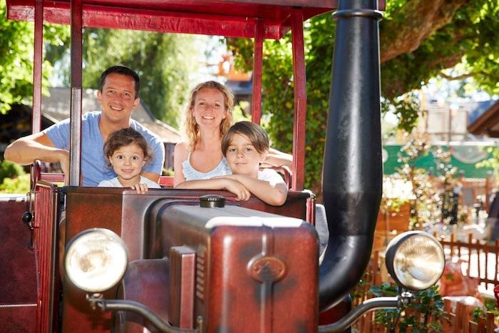 Eine Familie fährt eine Attraktion in einem Erlebnispark