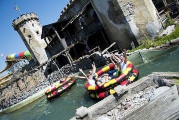 Besucher auf der Attraktion Rio Dorado im Hansa-Park.