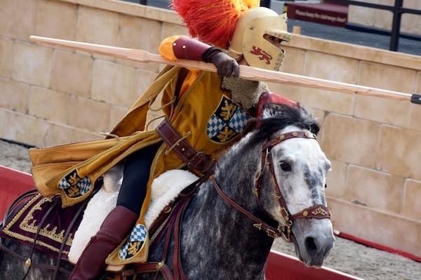 Ein Ritter auf einem Pferd in der Rittershow im spanischen Bereich im Europa-Park.