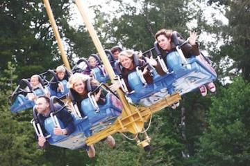 Besucher auf der Avatar Air Glieder Attraktion im Movie Park Germany.