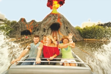 Besucher auf der Bermuda Triangle Alien Encounter im Movie Park Germany.