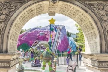 Blick auf die lila Wasserattraktion Doras Big River Adventure im Movie Park Germany.