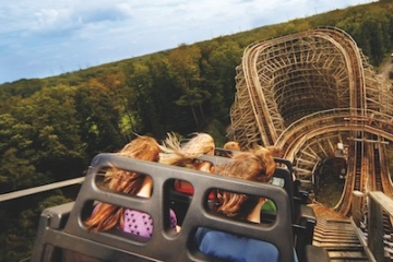 Die Achterbahn The Bandit aus Holz im Movie Park Germany in Aktion.